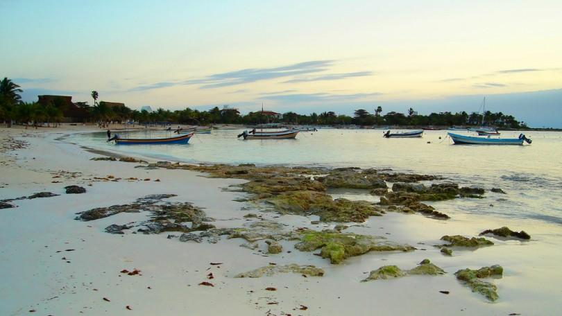 Playa de Akumal. Fotografía de Serge Melki; Licencia Creative Commons.