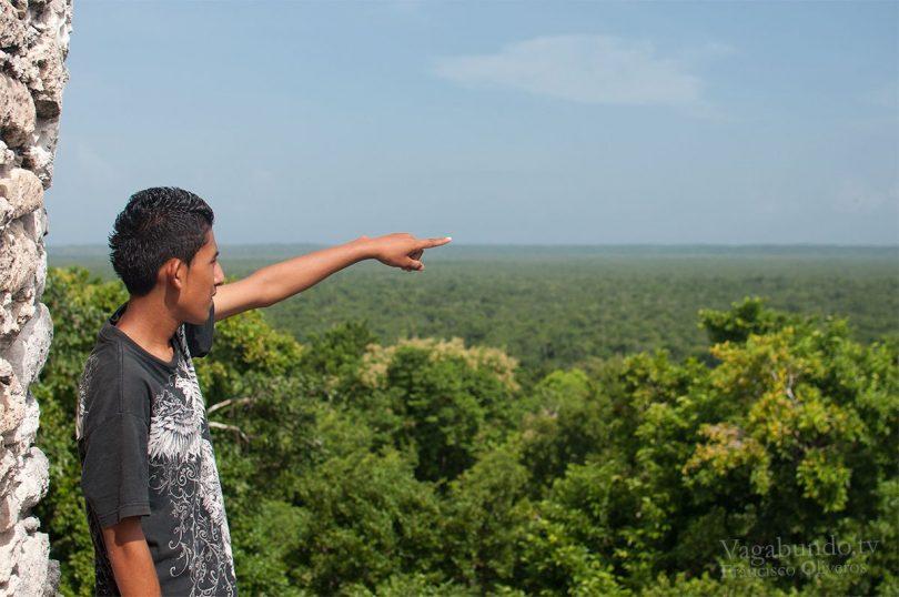 Germán señalando Chetumal en el horizonte.