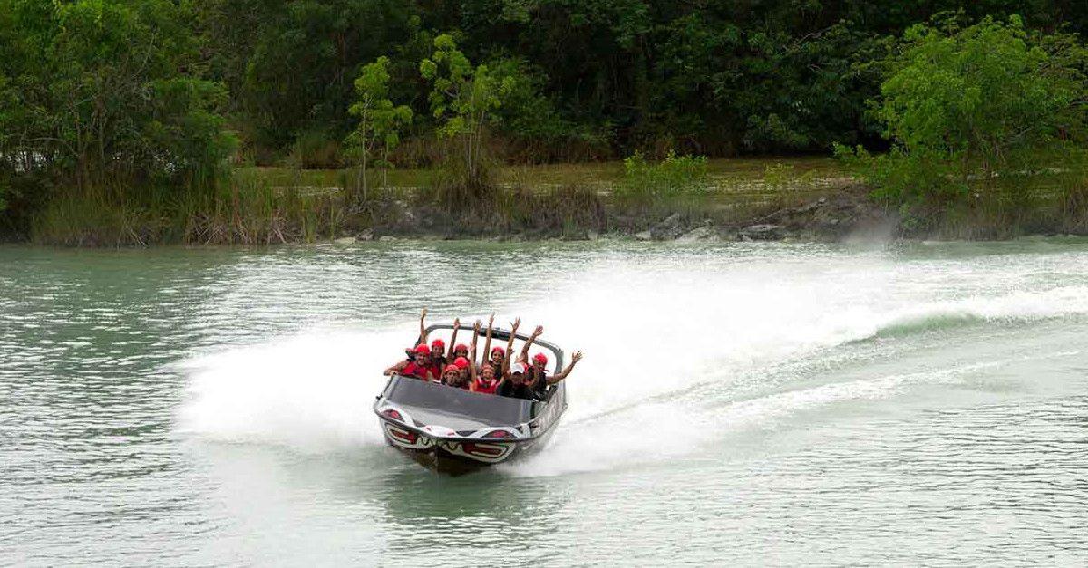 具有喷水推进器的游艇。 Xavage公园。